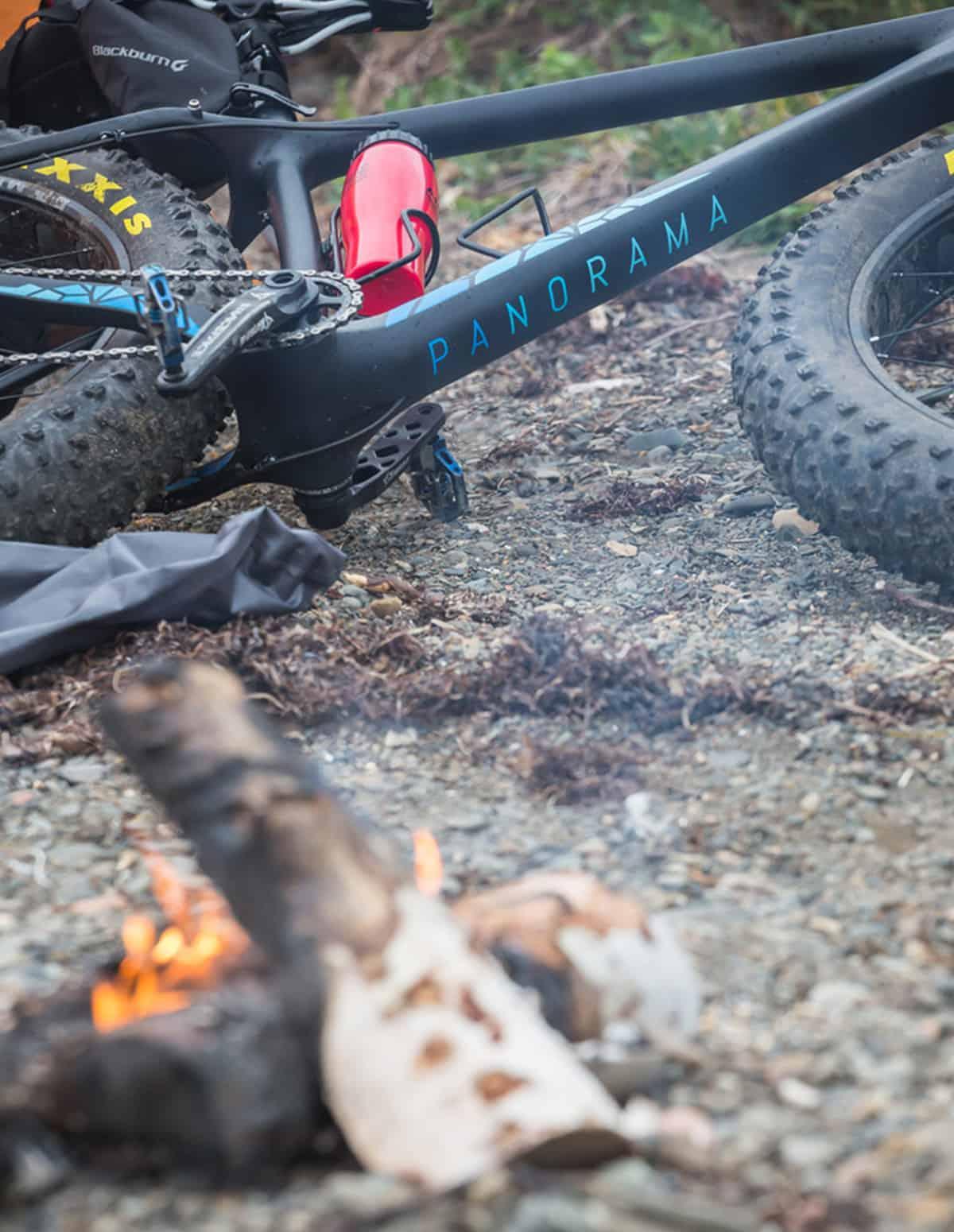 Un vélo fatbike Panorama Chic-Chocs et un feu de camp