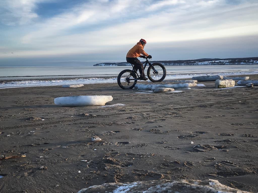 Jean-François Tapp sur un lac pour la traversee en fatbike du lac st-jean